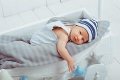 αθώος λίγο μωρό νηπίων που βρίσκεται σε ξύλινο στοκ φωτογραφίες με δικαίωμα ελεύθερης χρήσης