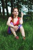 Αθλήτρια με ένα μπουκάλι νερό και ένα τηλέφωνο στοκ φωτογραφίες με δικαίωμα ελεύθερης χρήσης
