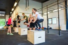 Αθλητές που κάνουν τα άλματα κιβωτίων στη γυμναστική Στοκ Εικόνες