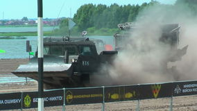 Αθλητές που οργανώνονται μεταξύ των σταδίων στον ακραίο αγώνα Tyumen απόθεμα βίντεο