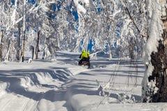 Αθλητές σε ένα όχημα για το χιόνι Στοκ φωτογραφία με δικαίωμα ελεύθερης χρήσης
