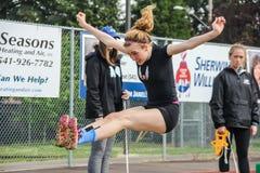 Αθλητής γυμνασίου κοριτσιών στο μακροχρόνιο άλμα Στοκ εικόνες με δικαίωμα ελεύθερης χρήσης