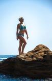 Αθλητής γυναικών σε έναν βράχο θαλασσίως Στοκ φωτογραφία με δικαίωμα ελεύθερης χρήσης