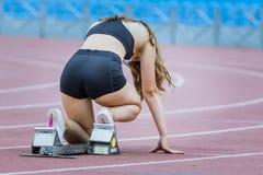 Αθλητής κοριτσιών στην αρχική θέση Στοκ Φωτογραφία