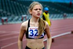 Αθλητής νέων κοριτσιών μετά από το τέρμα Στοκ Φωτογραφίες