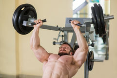 Αθλητής που επιλύει στη γυμναστική στοκ φωτογραφία