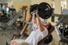 Αθλητής που επιλύει στη γυμναστική στοκ φωτογραφίες