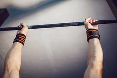 Αθλητής που κάνει την άσκηση στον οριζόντιο φραγμό Στοκ Φωτογραφία