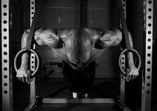Αθλητής που κάνει την ώθηση επάνω στα δαχτυλίδια Στοκ φωτογραφία με δικαίωμα ελεύθερης χρήσης