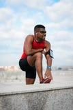 Αθλητής που παίρνει το τρέχοντας workout υπόλοιπο Στοκ εικόνες με δικαίωμα ελεύθερης χρήσης