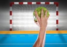 Αθλητής που ρίχνει το χάντμπολ ενάντια στο στάδιο στο υπόβαθρο Στοκ εικόνα με δικαίωμα ελεύθερης χρήσης