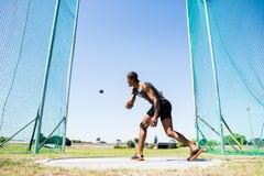 Αθλητής που ρίχνει το discus στο στάδιο Στοκ Εικόνα