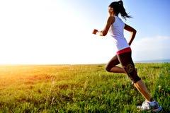 Αθλητής δρομέων που τρέχει στη χλόη Στοκ φωτογραφίες με δικαίωμα ελεύθερης χρήσης