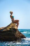Αθλητής σε έναν βράχο θαλασσίως ενάντια στον ουρανό Στοκ εικόνες με δικαίωμα ελεύθερης χρήσης