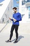 Αθλητής σε Smartphone Στοκ φωτογραφίες με δικαίωμα ελεύθερης χρήσης