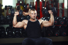 Αθλητής στην κατάρτιση γυμναστικής με τους αλτήρες Στοκ Φωτογραφίες