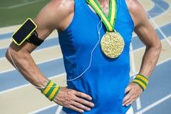 Αθλητής χρυσών μεταλλίων με κινητό τηλεφωνικό Armband Στοκ εικόνα με δικαίωμα ελεύθερης χρήσης