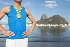Αθλητής χρυσών μεταλλίων που στέκεται στην παραλία Ρίο Botafogo Στοκ εικόνα με δικαίωμα ελεύθερης χρήσης