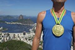 Αθλητής χρυσών μεταλλίων που στέκεται τον ορίζοντα του Ρίο Στοκ Εικόνα