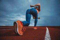 Αθλητής Sprinter που πηγαίνει να τρέξει Στοκ Φωτογραφίες