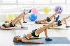 Αθλητικά λεπτά κορίτσια που κάνουν την άσκηση Στοκ φωτογραφία με δικαίωμα ελεύθερης χρήσης