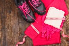Αθλητικά πάνινα παπούτσια, πετσέτα και αθλητικός στηθόδεσμος στοκ φωτογραφία