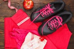 Αθλητικά πάνινα παπούτσια, πετσέτα και αθλητικός στηθόδεσμος στοκ εικόνες