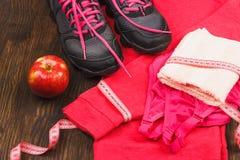 Αθλητικά πάνινα παπούτσια, πετσέτα και αθλητικός στηθόδεσμος στοκ εικόνες με δικαίωμα ελεύθερης χρήσης