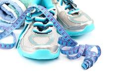Αθλητικά παπούτσια, που μετρούν την ταινία, πετσέτα χαλάρωση ικανότητας έννοιας σφαιρών pilates Στοκ εικόνα με δικαίωμα ελεύθερης χρήσης