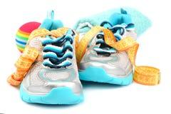 Αθλητικά παπούτσια, που μετρούν την ταινία, σφαίρα, πετσέτα χαλάρωση ικανότητας έννοιας σφαιρών pilates Στοκ Φωτογραφίες
