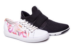 Αθλητικά παπούτσια των Μαύρων και των γυναικών ανδρών άσπρα Στοκ Εικόνες