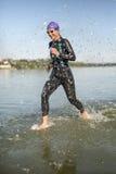 Αθλητικά τρεξίματα κοριτσιών στο νερό Στοκ φωτογραφία με δικαίωμα ελεύθερης χρήσης