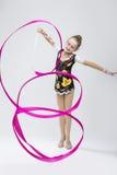 Αθλητικές έννοιες Λίγος ευτυχής καυκάσιος θηλυκός ρυθμικός Gymnast Ι στοκ εικόνα