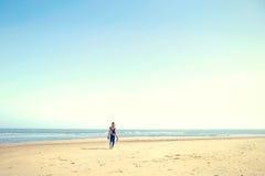Αθλητικές γυναίκες που περπατούν γρήγορα στην παραλία Στοκ Φωτογραφίες