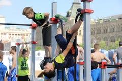 Αθλητικές διακοπές στην κόκκινη πλατεία, που αφιερώνεται στην ημέρα της προστασίας του παιδιού. Στοκ εικόνα με δικαίωμα ελεύθερης χρήσης