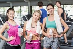 Αθλητικές χαμογελώντας γυναίκες που θέτουν με το μπουκάλι νερό Στοκ φωτογραφίες με δικαίωμα ελεύθερης χρήσης