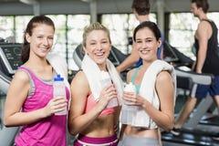 Αθλητικές χαμογελώντας γυναίκες που θέτουν με το μπουκάλι νερό Στοκ φωτογραφία με δικαίωμα ελεύθερης χρήσης