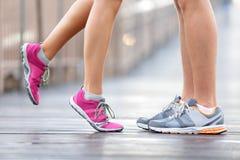 Αθλητική έννοια αγάπης - τρέχοντας φίλημα ζευγών Στοκ Φωτογραφία