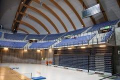 Αθλητική αίθουσα με τα μπλε καθίσματα Στοκ Εικόνες