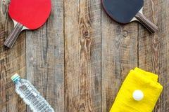 Αθλητική ανασκόπηση Traning cocept Ρακέτα, πετσέτα και νερό αντισφαίρισης στην ξύλινη τοπ άποψη υποβάθρου copyspace Στοκ φωτογραφίες με δικαίωμα ελεύθερης χρήσης