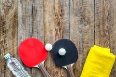 Αθλητική ανασκόπηση Traning cocept Ρακέτα, πετσέτα και νερό αντισφαίρισης στην ξύλινη τοπ άποψη υποβάθρου copyspace Στοκ εικόνες με δικαίωμα ελεύθερης χρήσης