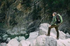 Αθλητική αρσενική οδοιπορία οδοιπόρων με το σακίδιο πλάτης στο δάσος Στοκ Φωτογραφίες