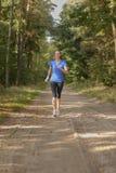 Αθλητική γυναίκα που έξω σε ένα δάσος Στοκ Φωτογραφία