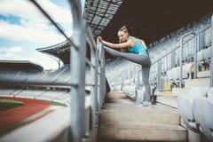 Αθλητική γυναίκα που πηγαίνει για ένα σκούντημα ή ένα τρέξιμο στο τρέξιμο της διαδρομής Υγιής έννοια ικανότητας του σύγχρονου τρό στοκ εικόνα