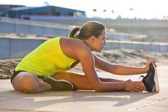 αθλητική γυναίκα τεντώμα&tau Στοκ Φωτογραφία