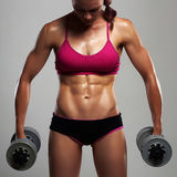 Αθλητική γυναίκα bodybuilder με τους αλτήρες όμορφο ξανθό κορίτσι με τους μυς Στοκ φωτογραφίες με δικαίωμα ελεύθερης χρήσης