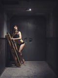 Αθλητική και όμορφη γυναίκα στον εκλεκτής ποιότητας ανελκυστήρα Στοκ Εικόνες