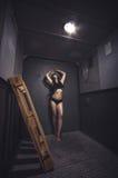 Αθλητική και όμορφη γυναίκα στον εκλεκτής ποιότητας ανελκυστήρα Στοκ Φωτογραφία