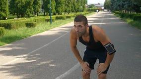 Αθλητική κατάρτιση ατόμων στο τρέξιμο της διαδρομής που χρησιμοποιεί τη φορετή συσκευή ιχνηλατών φιλμ μικρού μήκους