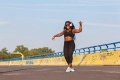 Αθλητική μαύρη γυναίκα που χορεύει στην οδό Στοκ φωτογραφία με δικαίωμα ελεύθερης χρήσης